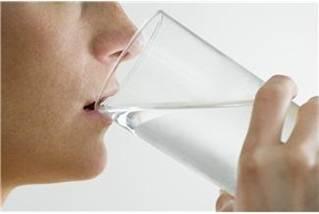 コップの水を飲む.jpg
